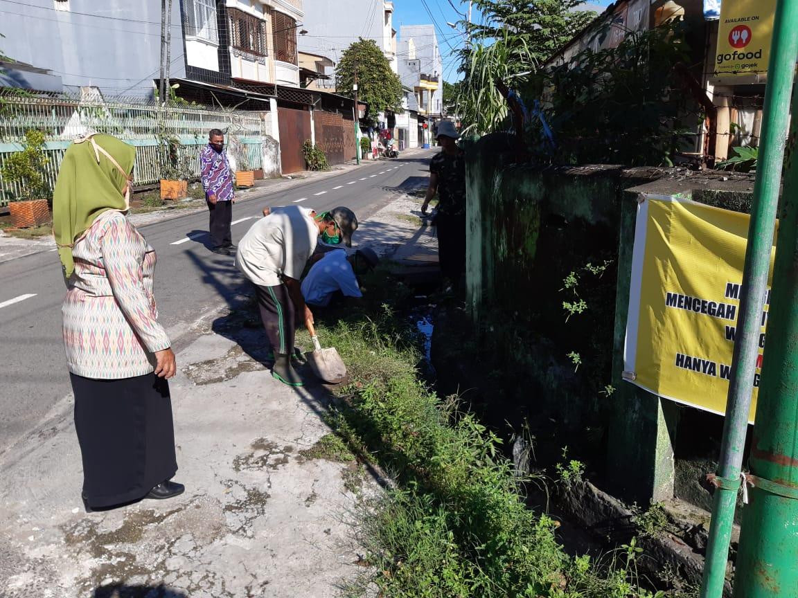 Bersihkan Wilayah, Di Jalan Cepa Lurah Barana Kerahkan Satgas Kebersihan Drainase