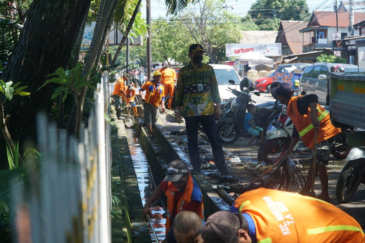 Camat Makassar Pimpin Aksi Bersih-Bersih Taman di Kerung-kerung Libatkan Satgas Kebersihan
